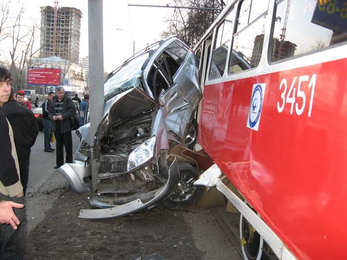 car-tram-accident-04