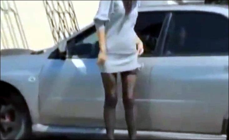 Девушка и тонированные стекла машины