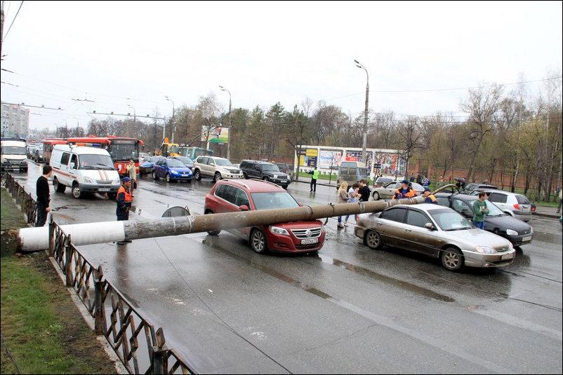 В Казани столб упал на проезжую часть