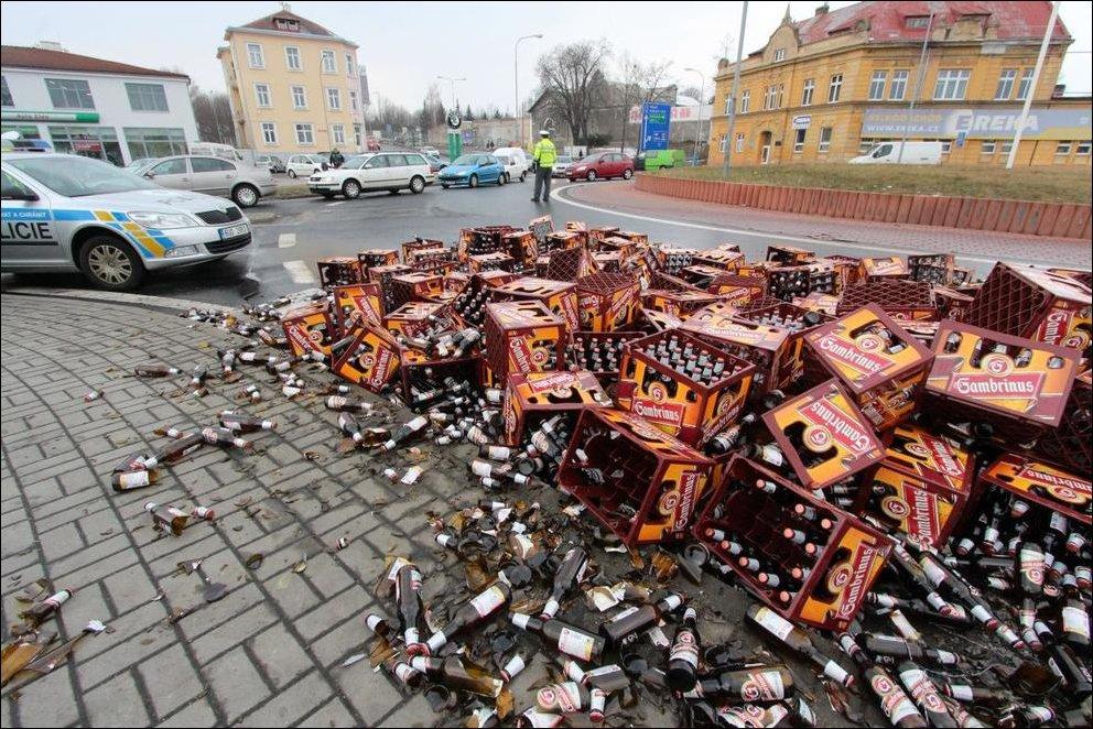 Фура рассыпала ящики с пивом