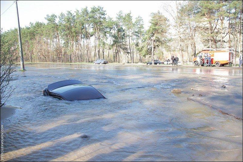 В Киеве на одной из улиц затонул автомобиль