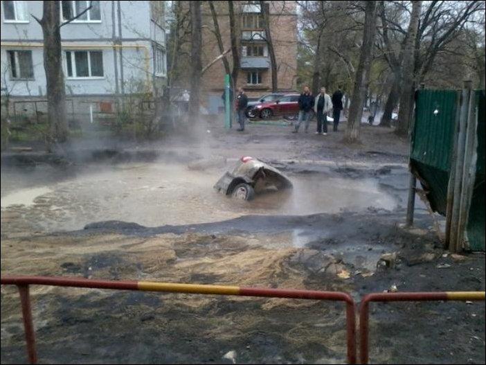 В Самаре автомобиль провалился в яму с кипятком