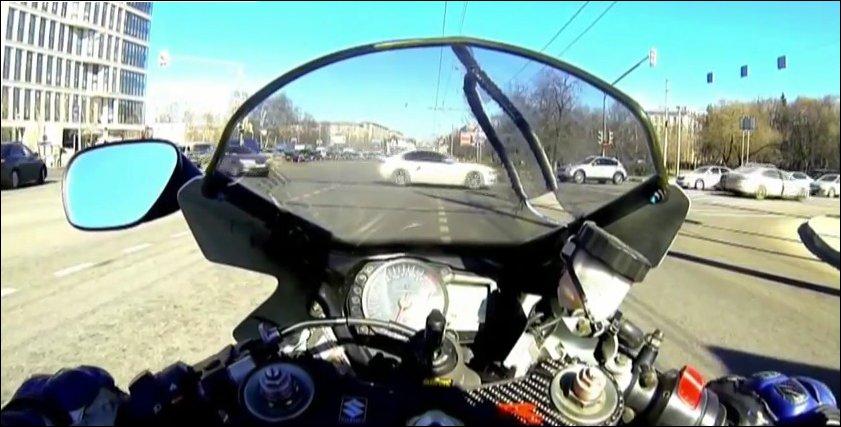 На мотоцикле между рядов
