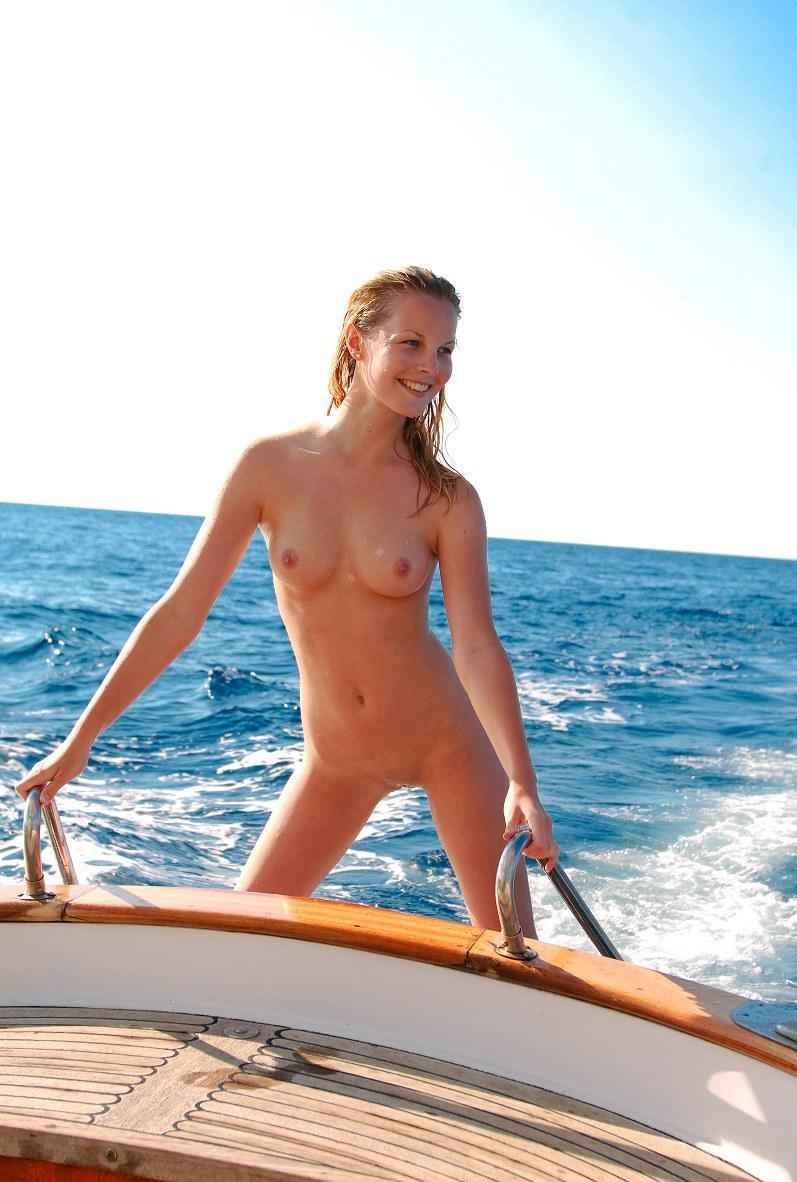 girls-sailing-naked