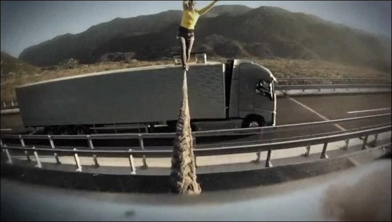 Переход по канату между двумя грузовиками