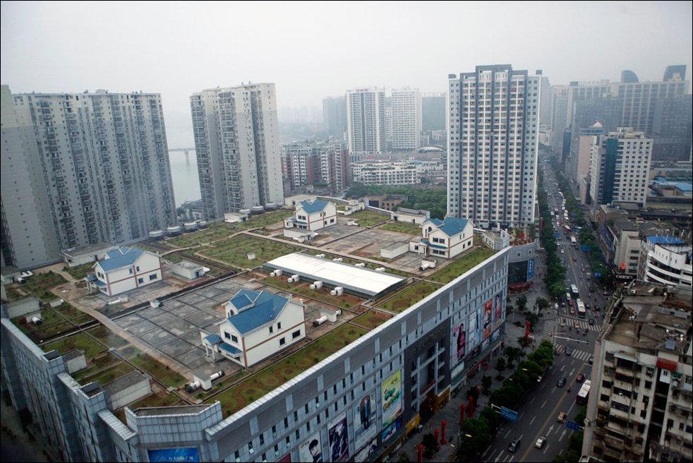Частные дома на крыше торгового комплекса