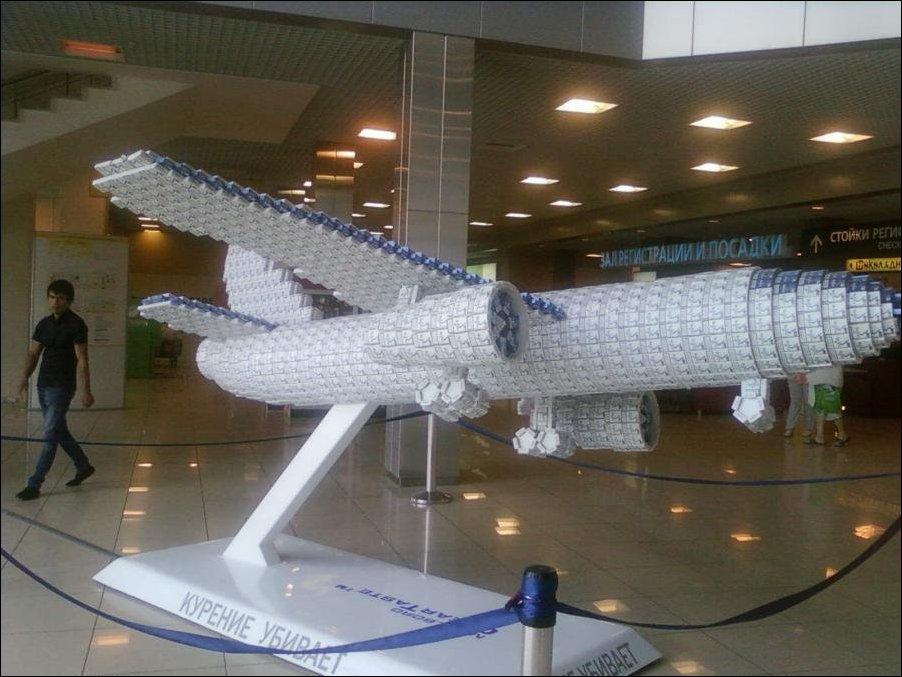 Макет самолета из сигаретных пачек