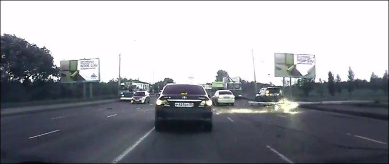 В Омске на дорогу упал столб