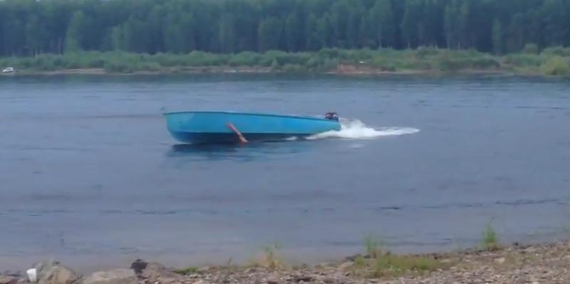 Пьяный ловит моторную лодку