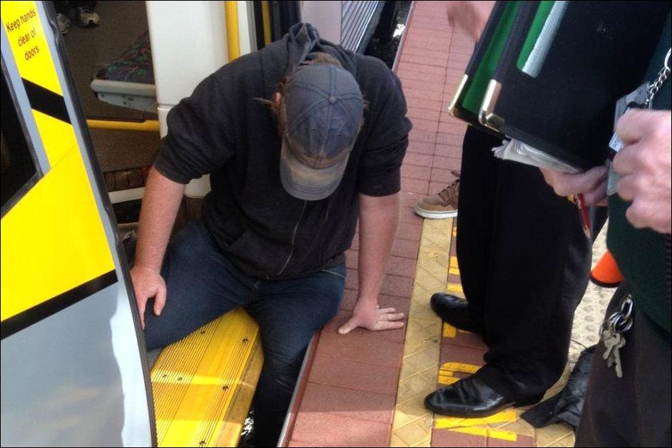 Спасение мужчины застрявшего между перроном и поездом метро
