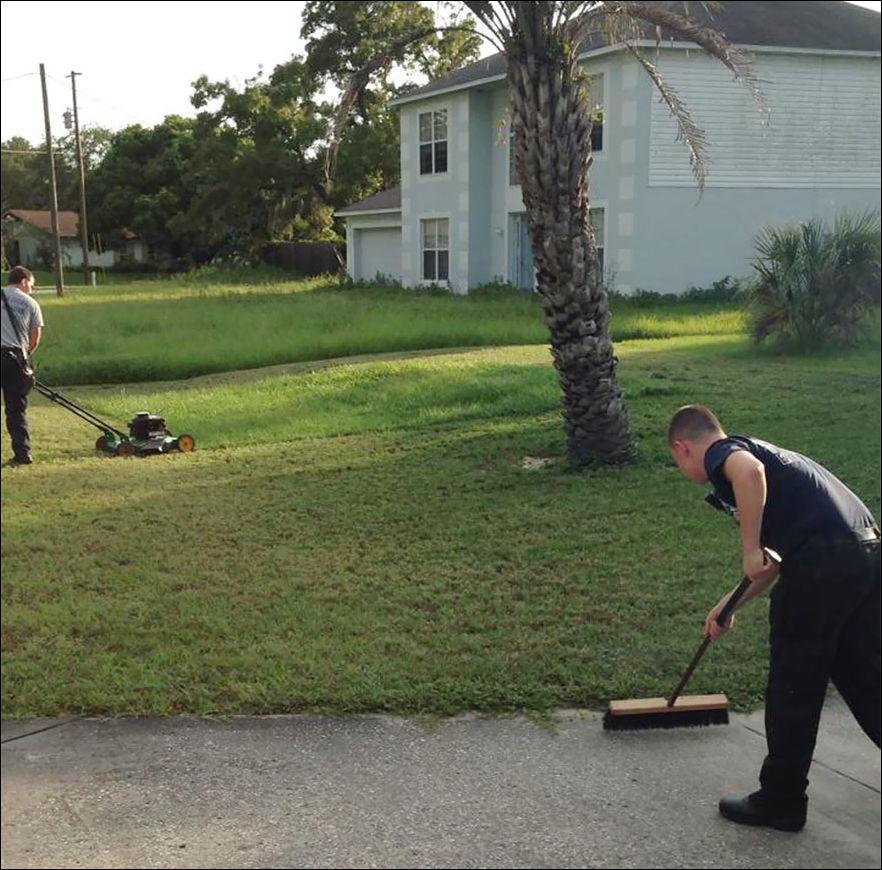 Пожарные скосили газон