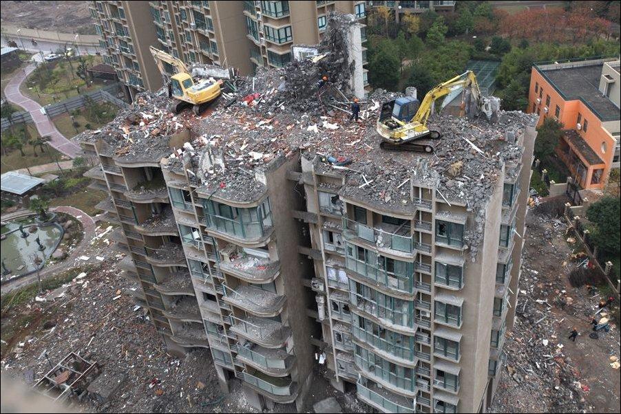 Снос здания экскаваторами