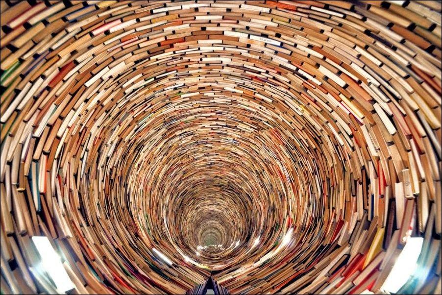 Бесконечный тоннель из книг