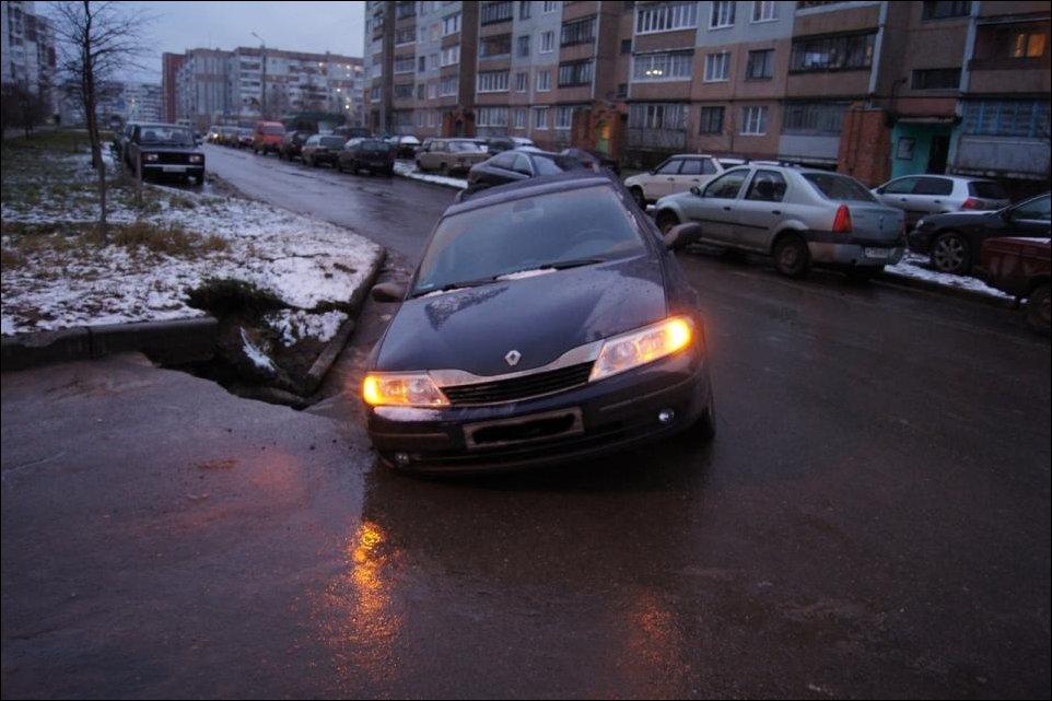 Провал асфальта в Пскове