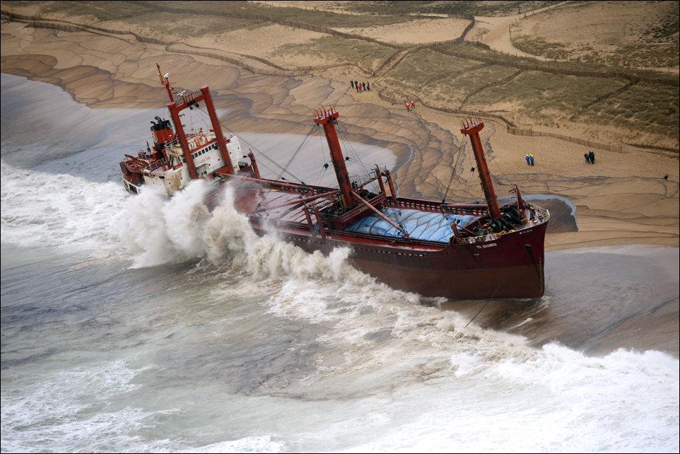 Шторм выбросил сухогруз на берег