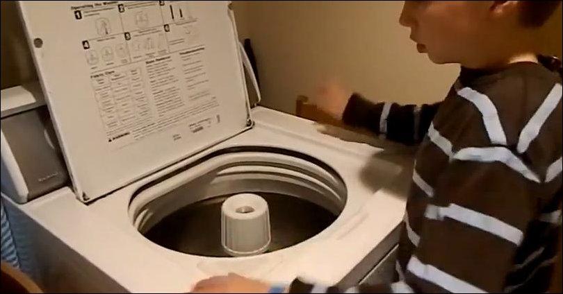 Мальчик аутист играет на стиральной машине