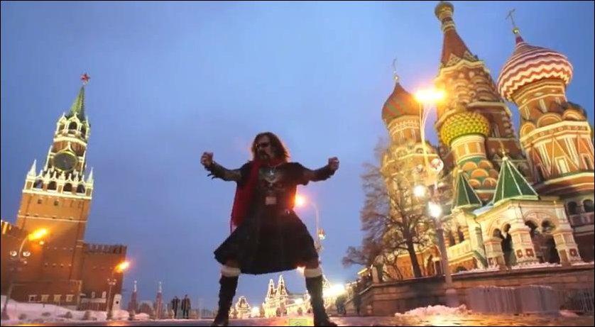 Джигурда в килте танцует на Красной площади Gangnam Style