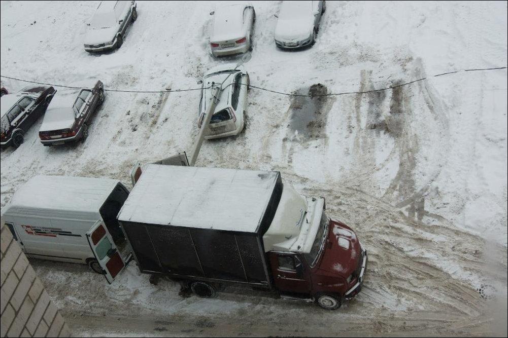 Столб упал на Форд