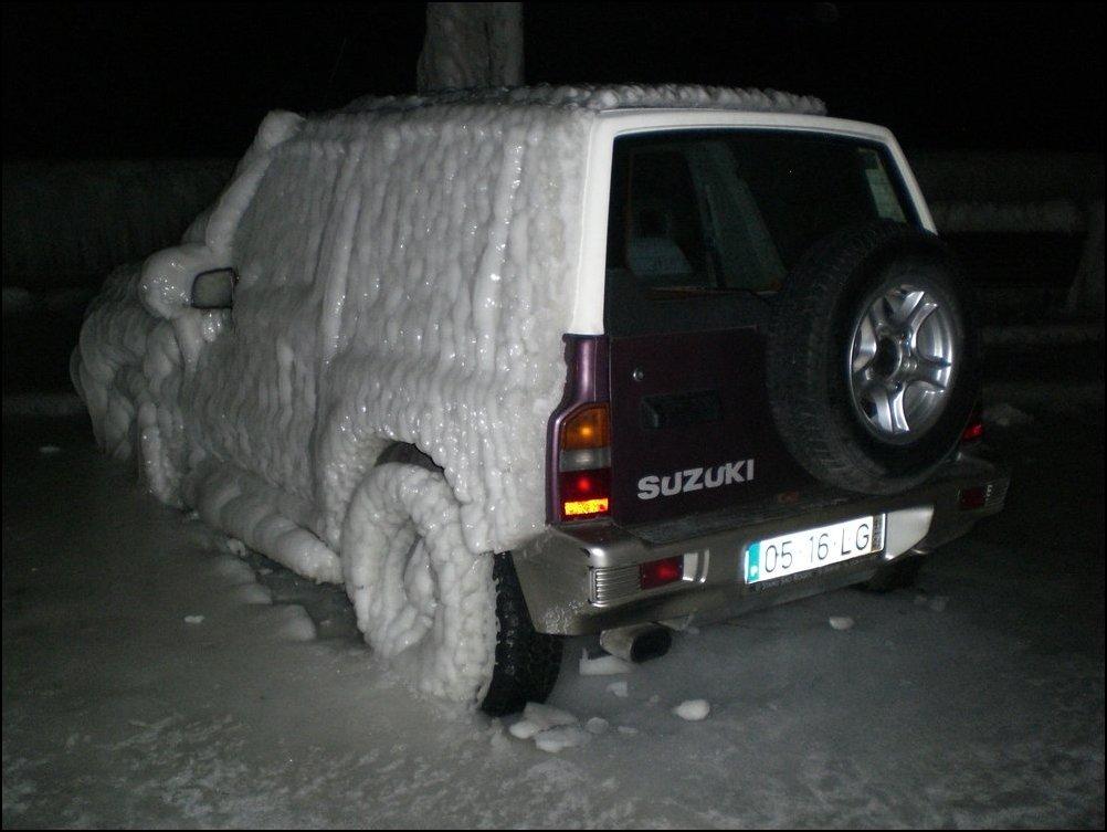 Замерзшие машины на набережной Женевского озера