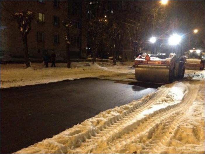 В Кирове асфальт кладут в снег