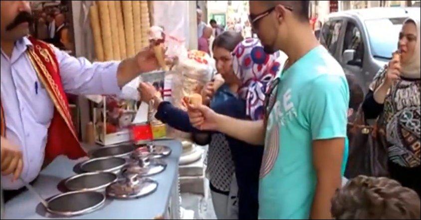 Веселый продавец мороженого в Турции
