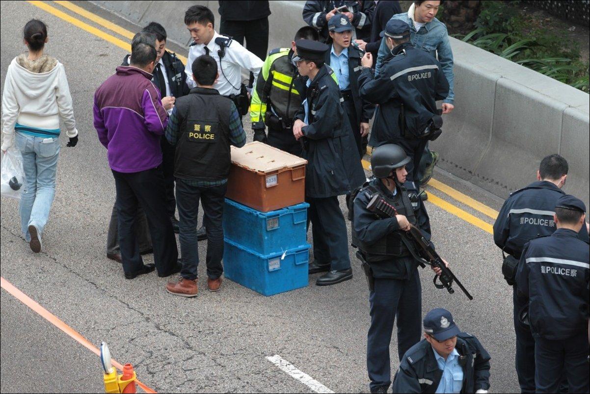 В Гонконге рассыпали на дорогу 2 миллиона долларов