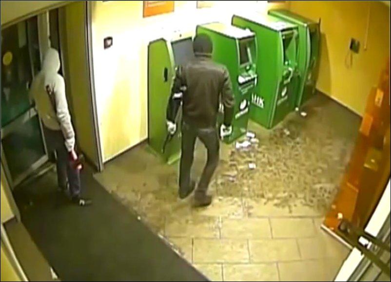 Два дебила ломают платежный терминал