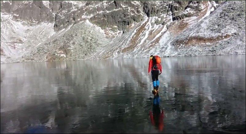 Прогулка по замерзшему озеру с кристально чистой водой