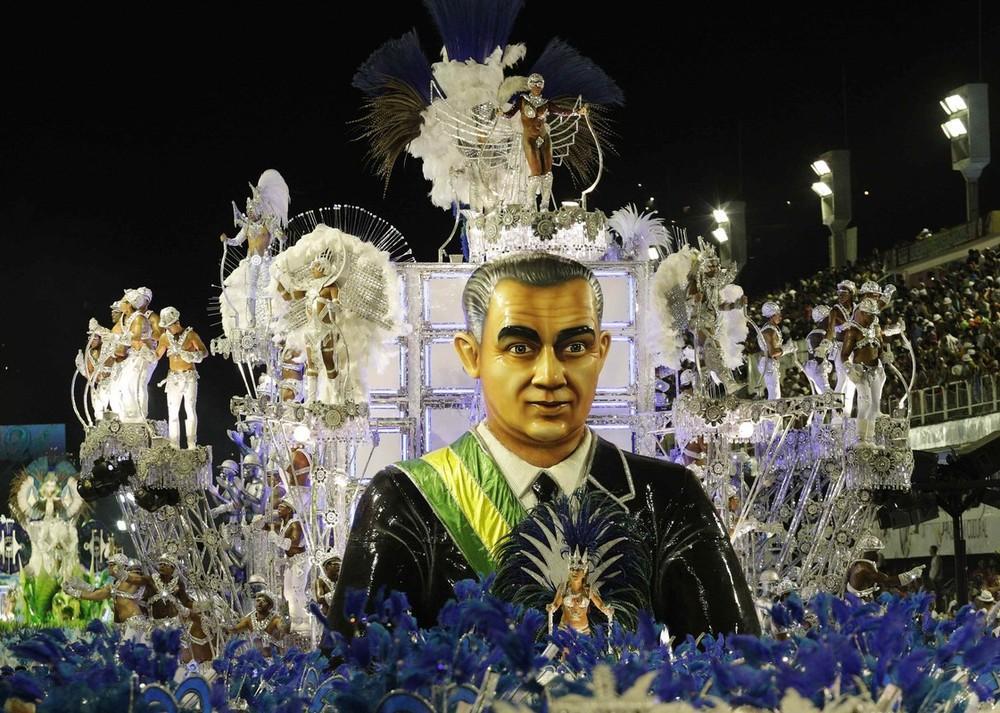 На улицы Рио-де-Жанейро, чтобы принять участие в ежегодном карнавале,
