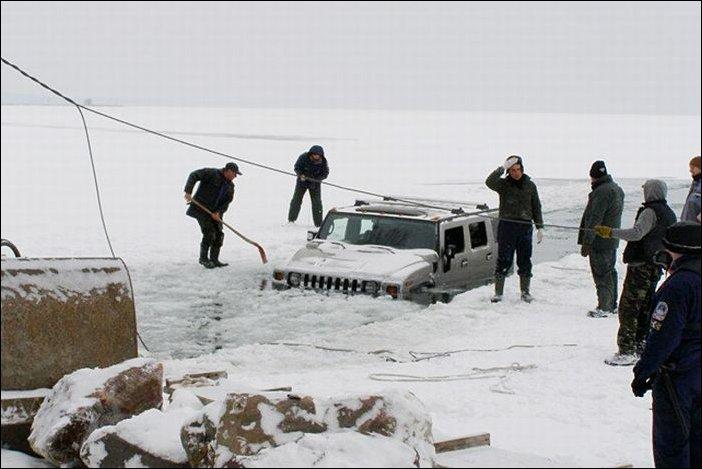 Два хаммера провалились под лед озера