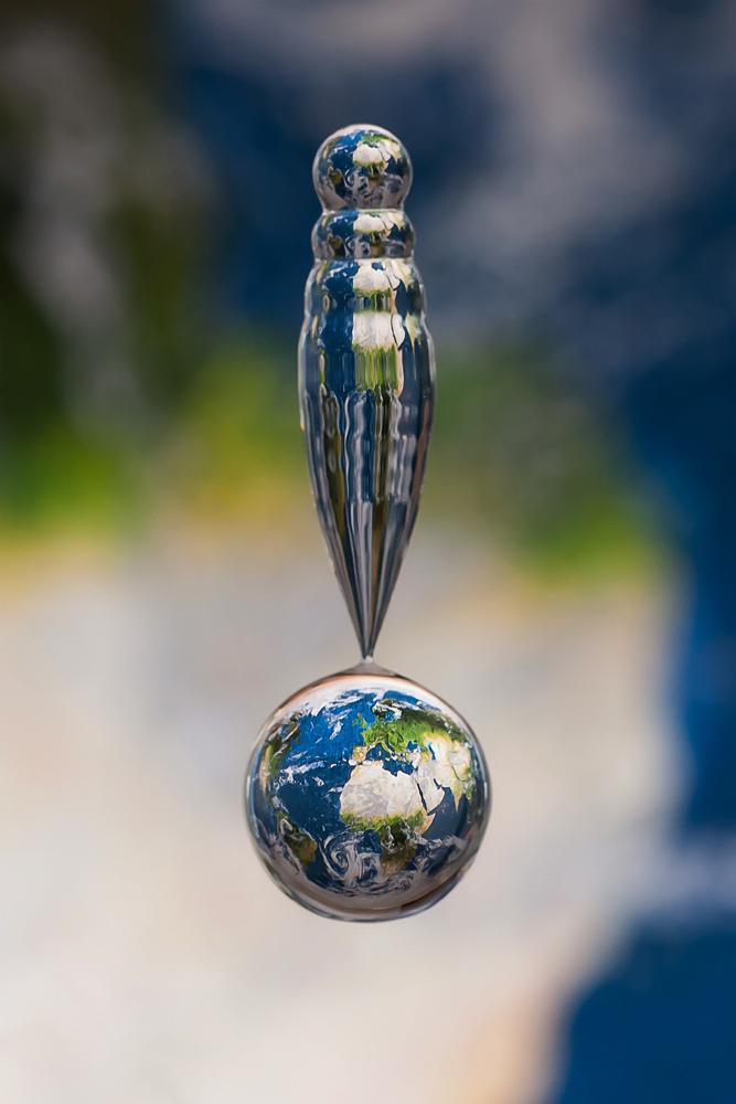 Отражение глобуса в капле воды