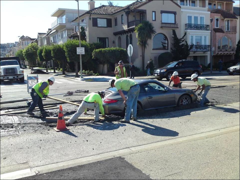 Порше 911 застрял в свежем бетоне