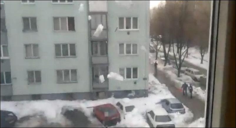 Падение снега с крыши