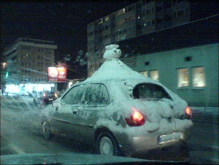 Снеговик на крыше автомобиля