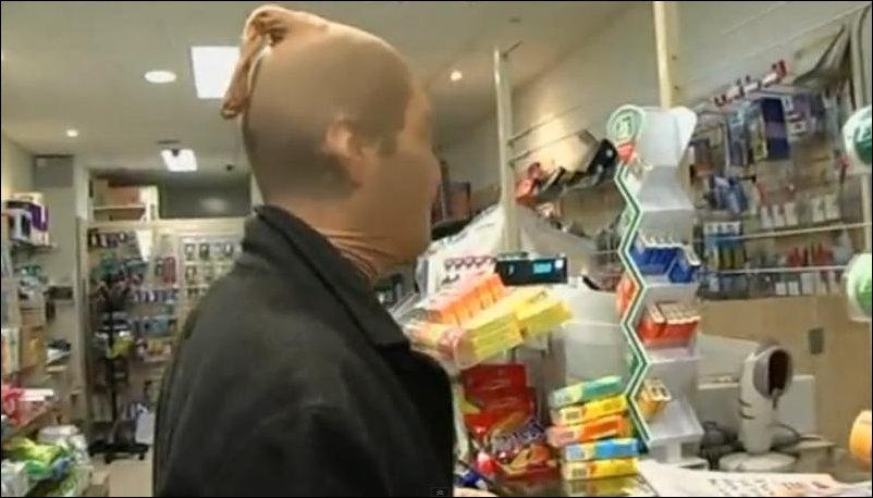 Человек с чулком на голове