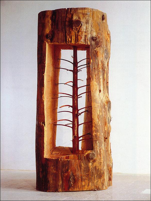 Скульптура дерева, вырезанная внутри ствола дерева
