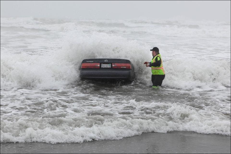 Женщина на Лексусе заехала в океан