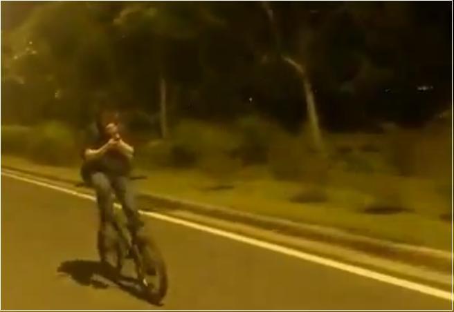 На велосипеде спиной вперед