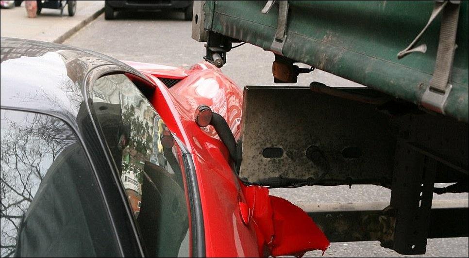 Грузовик зацепил припаркованную Феррари