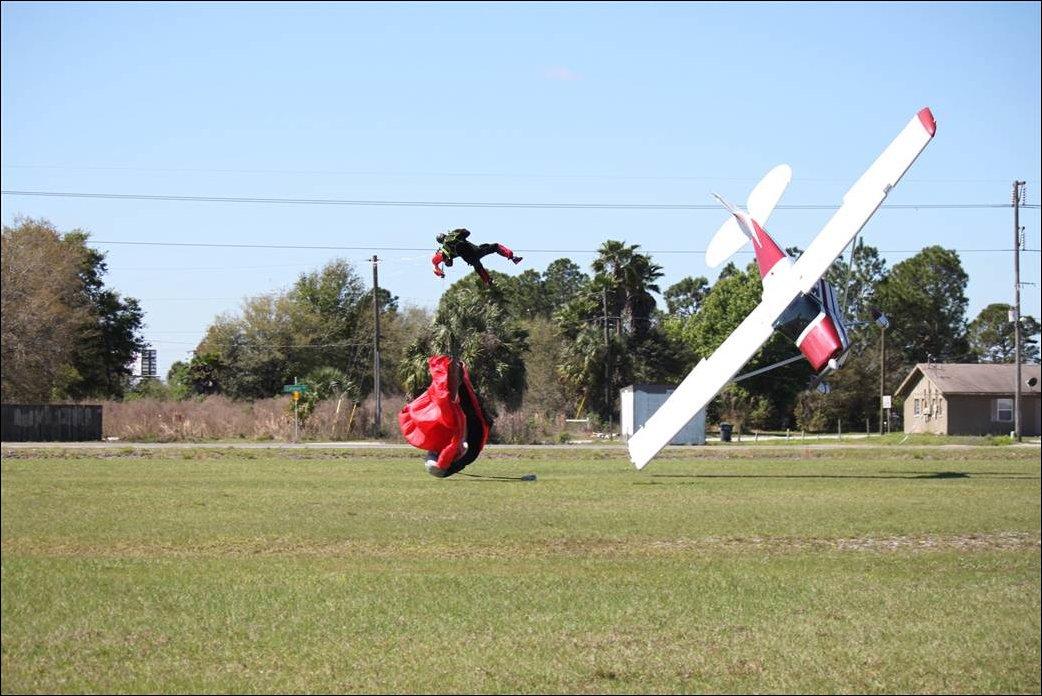 Столкновение парашютиста и самолета