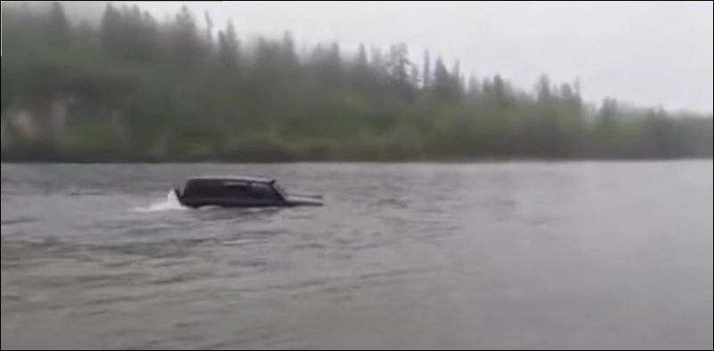 Крузак плывет по реке
