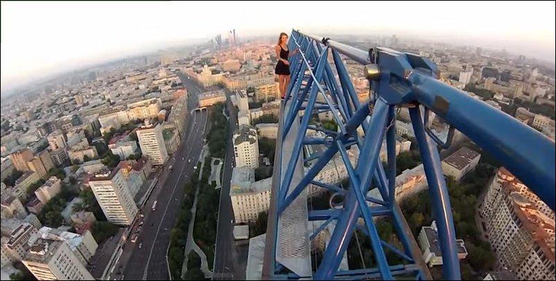 Руферы залезли на башенный кран
