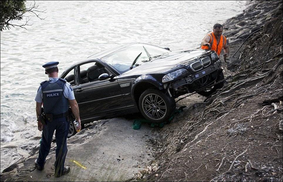Спасение женщины из тонущего автомобиля
