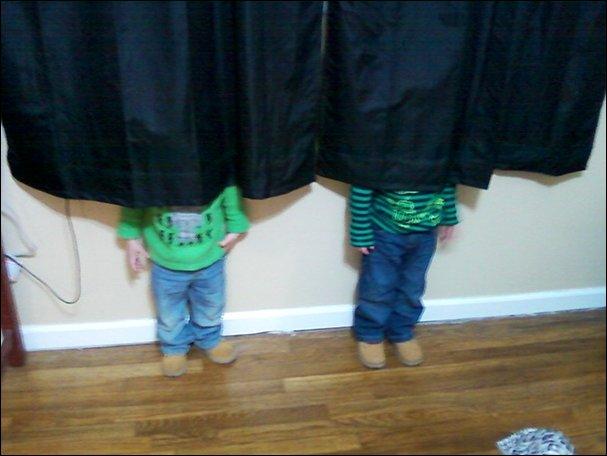 Дети играют в прятки