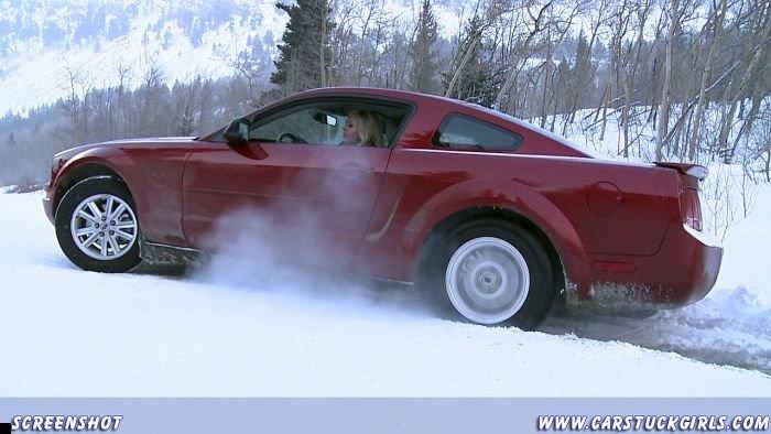 car-stuck-girls-05