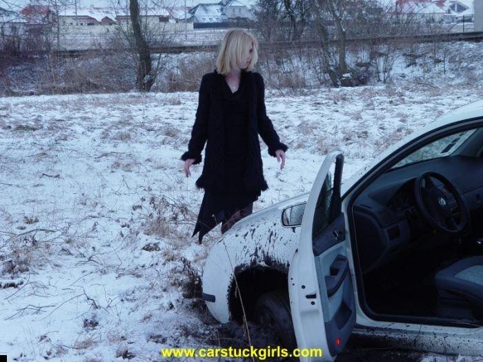 car-stuck-girls-07