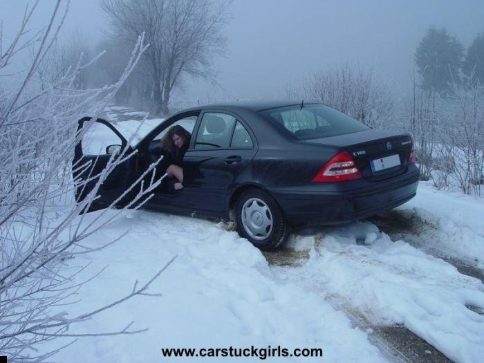 car-stuck-girls-08
