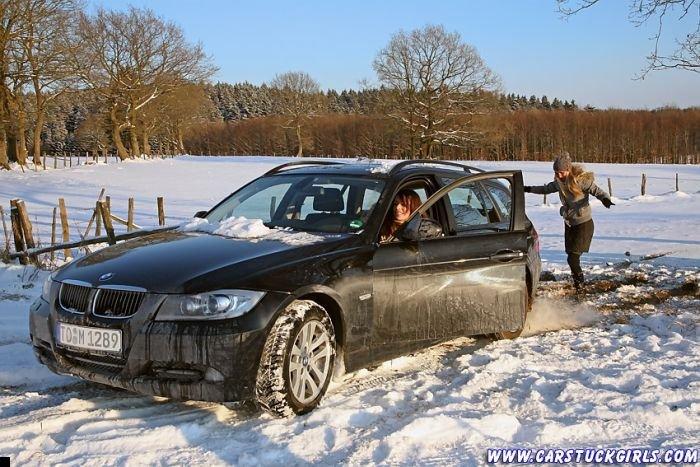 car-stuck-girls-10