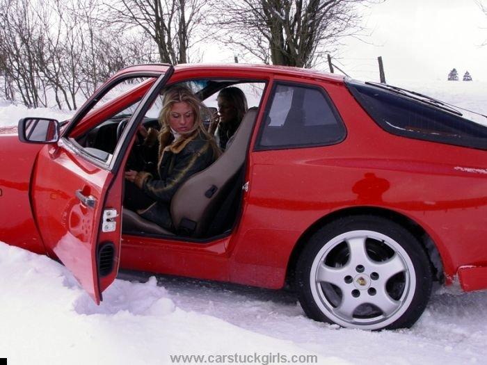 car-stuck-girls-15