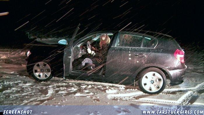 car-stuck-girls-16